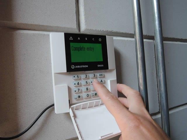 Eenvoudig handmatig alarmcode invoeren bij binnenkomen en weggaan
