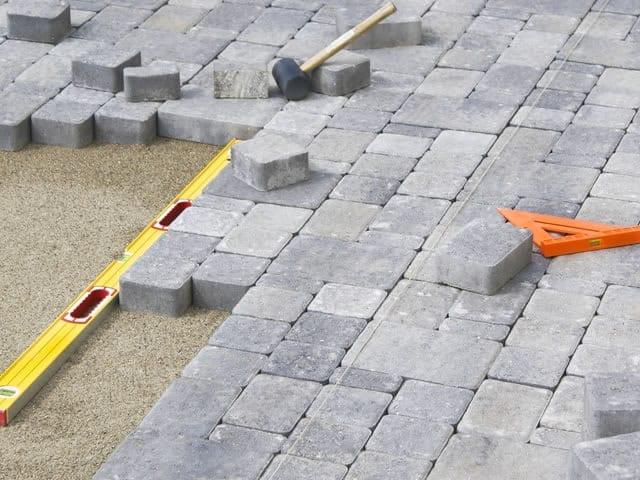 Er zijn vele mogelijkheden voor steensoorten, legpatronen etc. Denk goed na welke uitstraling u uw tuin wilt geven.